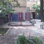 Blick in den grünen Schulhof der Freien Schule Kreuzberg